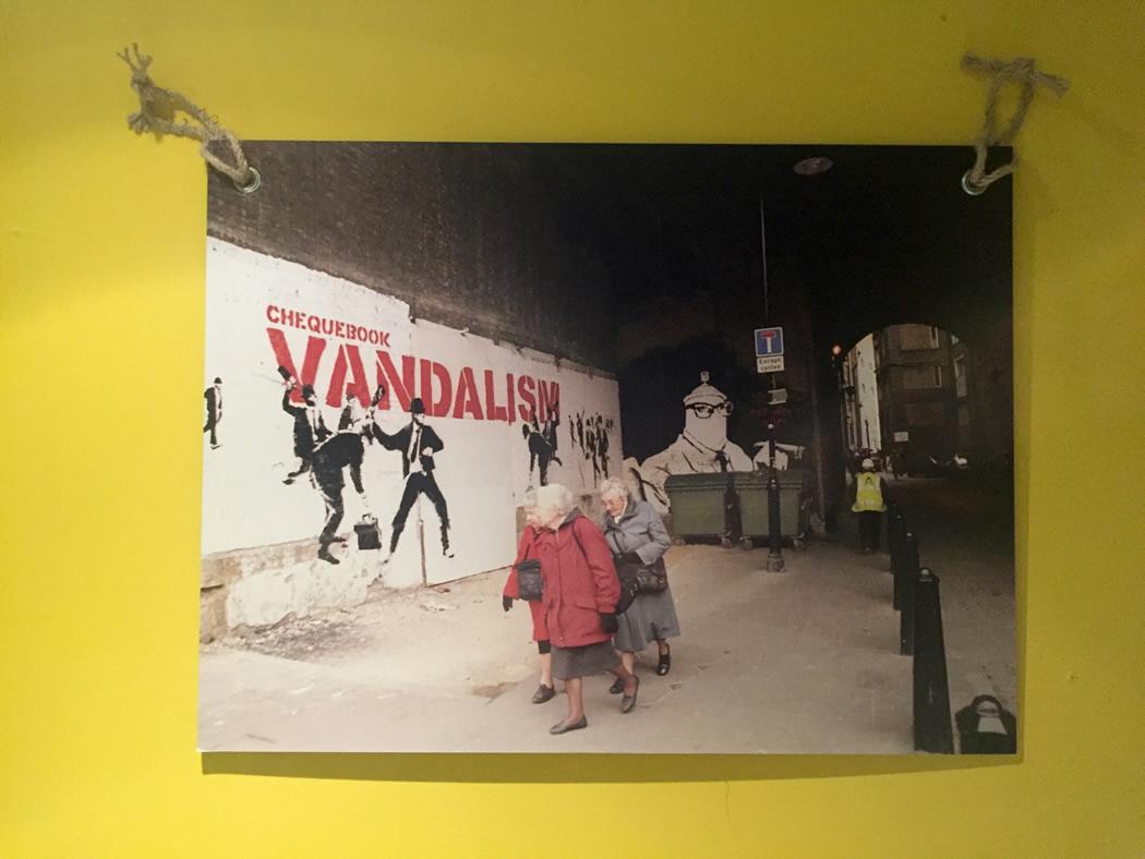 バンクシーの'安い'ポスターを気軽に部屋に飾りたい時に、マネできる飾り方の1つ、だと思います。