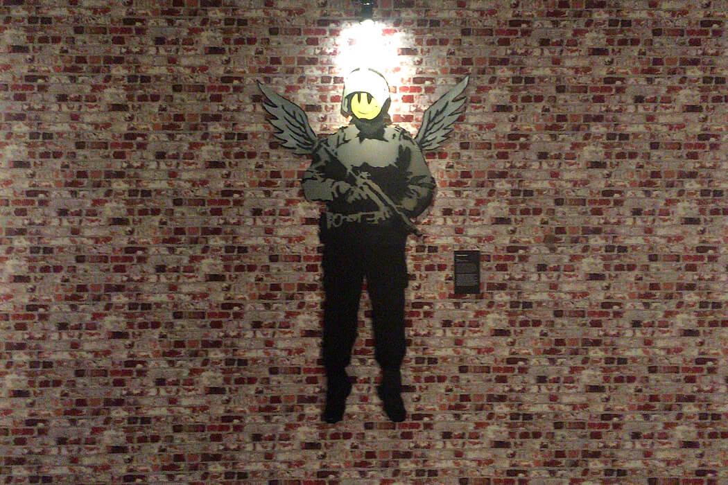 Banksy 'Flying Copper' カードボード