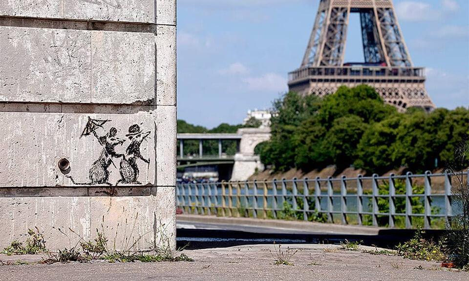 エッフェル塔を眺めるネズミのカップル